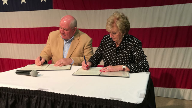 Secretary Perdue and Administrator McMahon signing a Memorandum of Understanding between USDA and SBA