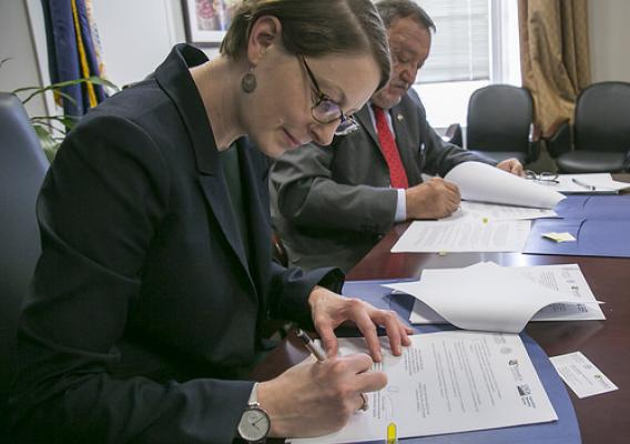 AMS Administrator Elanor Starmer and Enrique Sánchez Cruz, Director in Chief of the National Service for Animal and Plant Health, Food Safety and Quality of Mexico signing a terms of reference document